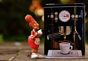 コーヒ^メーカーと人形